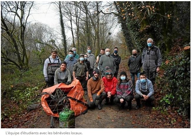 Des étudiants travaillent sur la vallée de Kerbiler à Elven en partenariat avec le Parc naturel régional