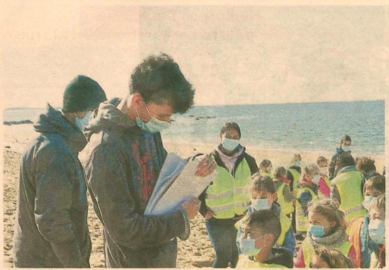 Les élèves s'intéressent à la dune de Saint-Pierre